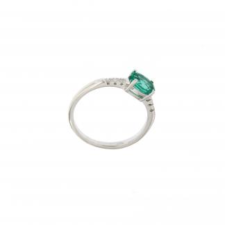 Anello in oro bianco 18kt con diamanti GVS e pietra taglio ovale 7x5mm.