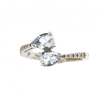 Anello in oro bianco 18kt, con diamanti GVS e acquamarina taglio goccia 7x5mm.