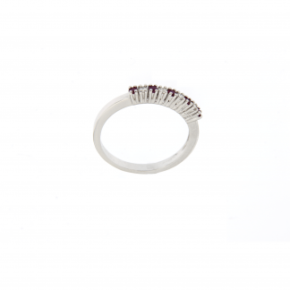 Anello in oro bianco 18kt con diamanti GVS e rubino.