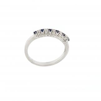 Anello in oro bianco 18kt con diamanti GVS e zaffiro blu.