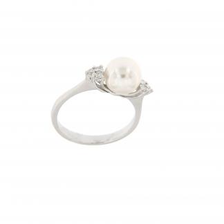 Anello in oro bianco 18kt con diamanti GVS e perla akoya 8-8,5mm.