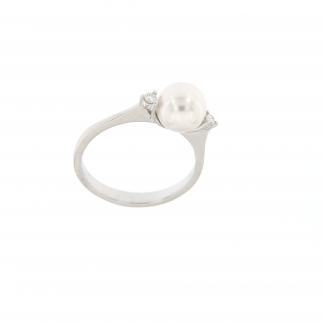 Anello in oro bianco 18kt con diamanti GVS e perla akoya 7,5-8mm.