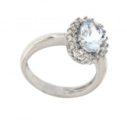 Anello in oro bianco 18kt, con diamanti GVS e acquamarina taglio ovale 9x7mm.