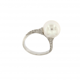 Anello in oro bianco 18kt con diamanti GVS e perla 11-12mm.