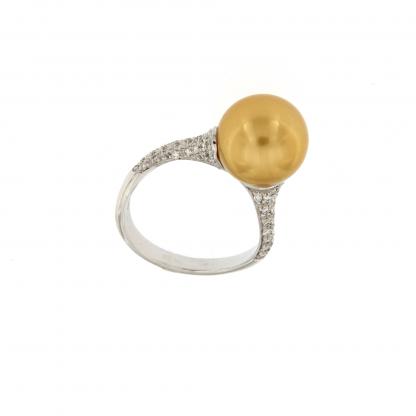 Anello in oro bianco 18kt con diamanti GVS e perla South sea gold 11-12mm.