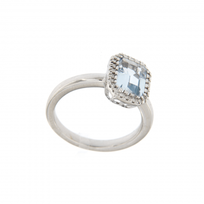 Anello in oro bianco 18kt, con diamanti GVS e acquamarina taglio ottagonale 8x6mm.