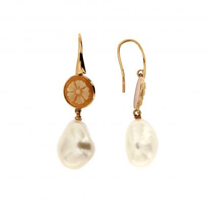 Orecchini in oro rosa 18 kt con diamanti GVS, cammeo e perla fresh water barocca.