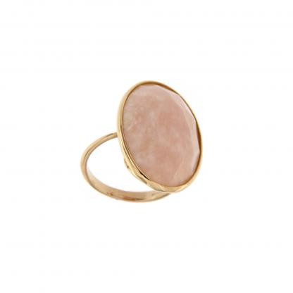 Anello in oro rosa 18kt, opale rosa con sfaccettatura irregolare.