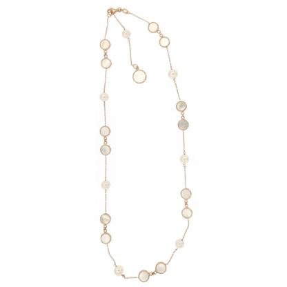 Girocollo in oro rosa 18 kt con perle freshwater bianche e piastrine tonde da 6 e 8mm in madreperla bianca.