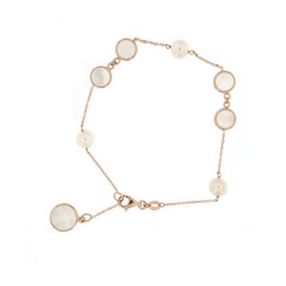 Bracciale in oro rosa 18 kt con perle freshwater e piastrine tonde da 6 e 8mm in madreperla bianca.
