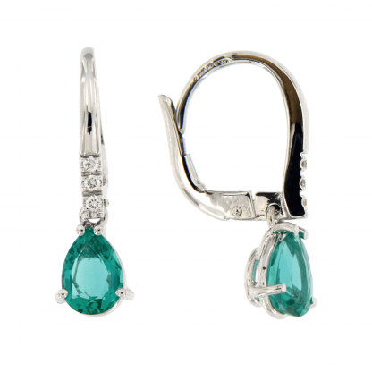 Orecchini in oro bianco 18kt con diamanti GVS e smeraldo taglio goccia 7x5mm.