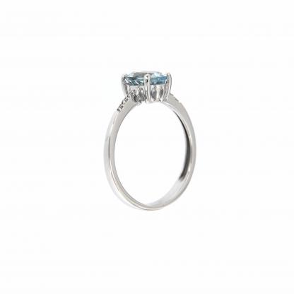 Anello in oro bianco 18kt con acquamarina ovale 8x6mm e diamanti GVS1 ai lati della pietra centrale