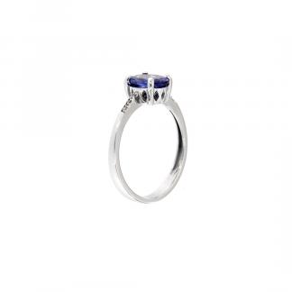 Anello in oro bianco 18kt con tanzanite taglio ovale 8x6mm e diamanti GVS1
