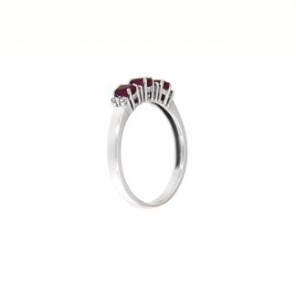 Anello in oro bianco 18kt con rubini ovali 4x3mm e diamanti G VS1
