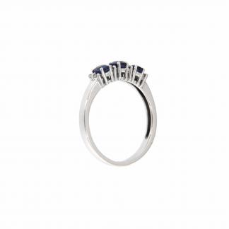 Anello in oro bianco 18kt con zaffiri blu ovali 4x3mm e diamanti G VS1