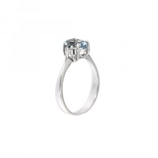 Anello in oro bianco 18kt con acquamarina ovale 8x6mm e due diamanti GVS1 ai lati della pietra centrale