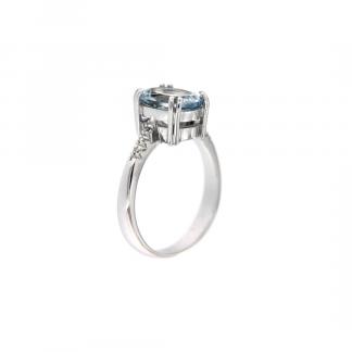 Anello in oro bianco 18kt con acquamarina ovale 10x8mm e diamanti GVS1 lungo la montatura