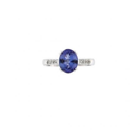 Anello in oro bianco 18kt con tanzanite taglio ovale 9x7mm e diamanti GVS1