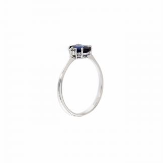 Anello in oro bianco 18kt con zaffiro blu ovale 7x5mm e diamanti G VS1 ai lati della pietra centrale
