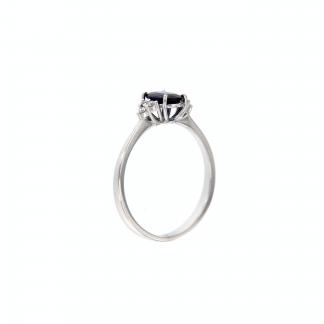 Anello in oro bianco 18kt con zaffiro blu ovale 7x5mm e tre diamanti G VS1 per lato