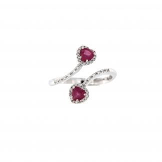 Anello in oro bianco 18kt con rubini taglio cuore 4mm e diamanti G VS1