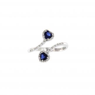 Anello in oro bianco 18kt con zaffiri blu taglio cuore 4mm e diamanti G VS1