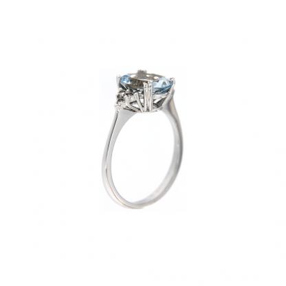 Anello in oro bianco 18kt con acquamarina ovale 10x8mm e diamanti GVS1 ai lati della pietra centrale