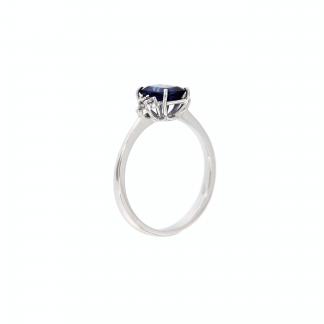 Anello in oro bianco 18kt con zaffiro blu ottagonale 7x5mm e diamanti G VS1